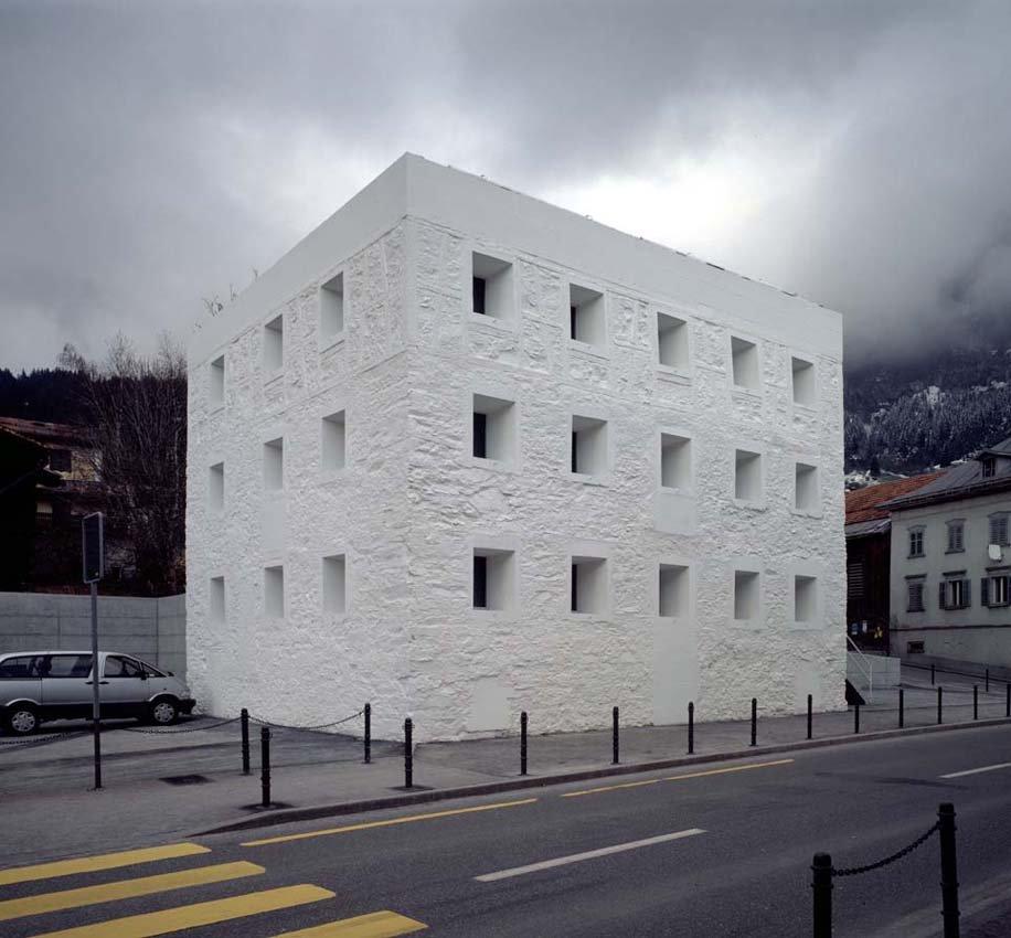 Die architektur das gelbe haus flims for Haus architektur